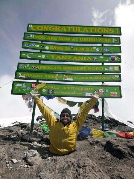 GAMBAR pada 22 Jun menunjukkan lelaki kudung kedua-dua kakinya, Spencer West tiba di puncak Gunung Kilimanjaro di Tanzania.