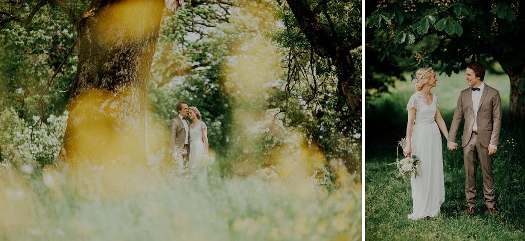 Två bröllopsporträtt under träd