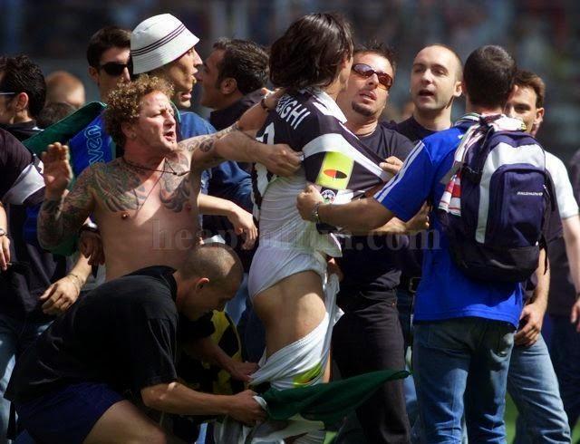 smešne slike: Italijanski navijači skidaju Inzaghija