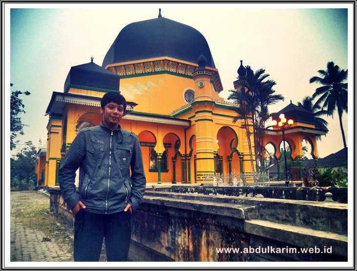 berfoto didepan masjid al-osmani belawan