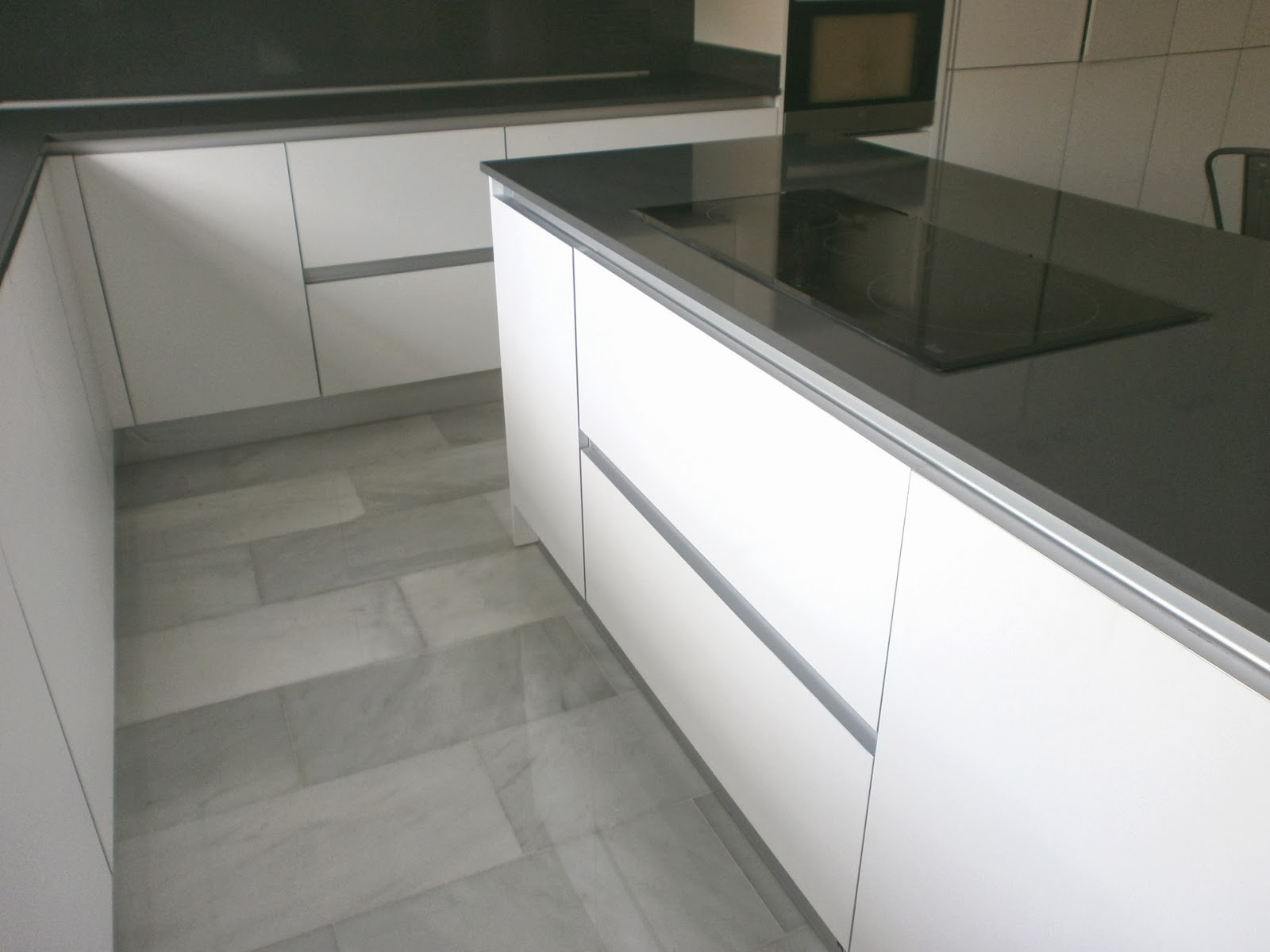 Encantadora cocina blanca independiente con isla y office - Tiradores cocina modernos ...