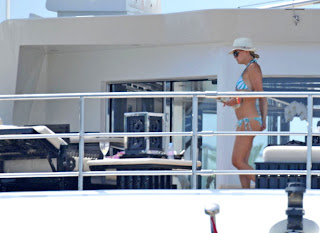 Kate Hudson parades her bikini body on aycht in France