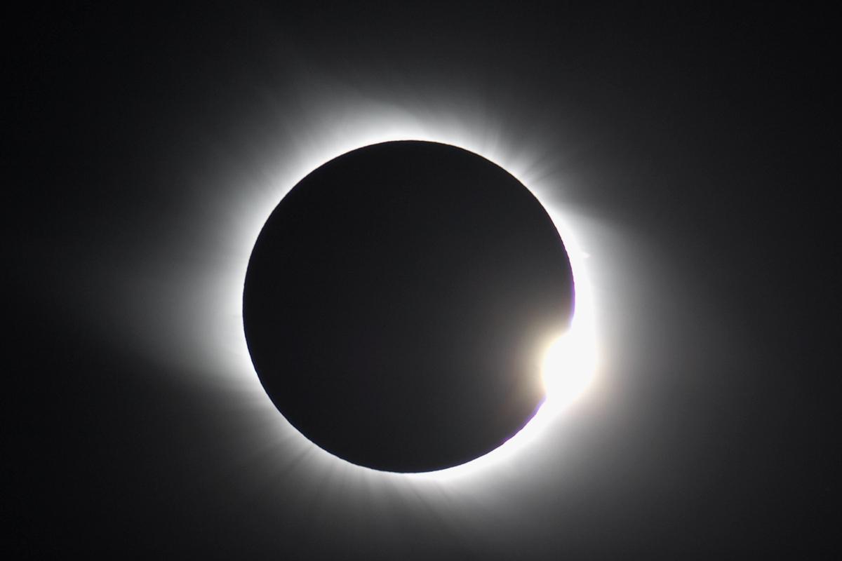 http://2.bp.blogspot.com/-K6OyBC861YQ/UKEo3qM4BeI/AAAAAAAAD3g/6B--_IIb_dQ/s1600/live-total-solar-eclipse.jpg