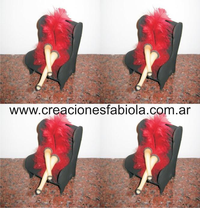 Sillon de madera con piernas de porcelana y aplicacion de pluma