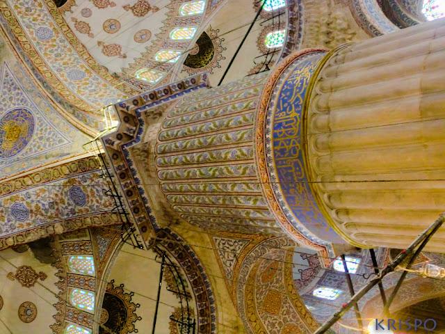 Detalle de columna y techo de la mezquita azul en Estambul
