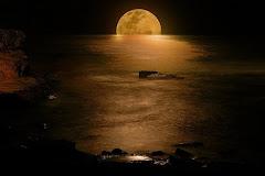 Luna llena en la noche frente al mar