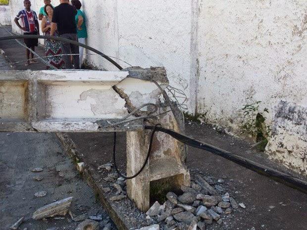 Poste partiu na base e deixou bairro inteiro sem energia (Foto: Marcus Augusto/Site Voz da Bahia)