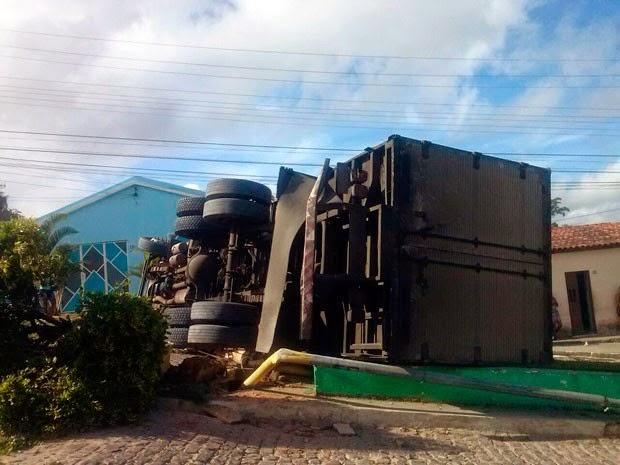 Segundo polícia, motorista e ajudante foram levados para hospital regional, mas sem ferimentos graves (Foto: Mary Souza/Arquivo pessoal)