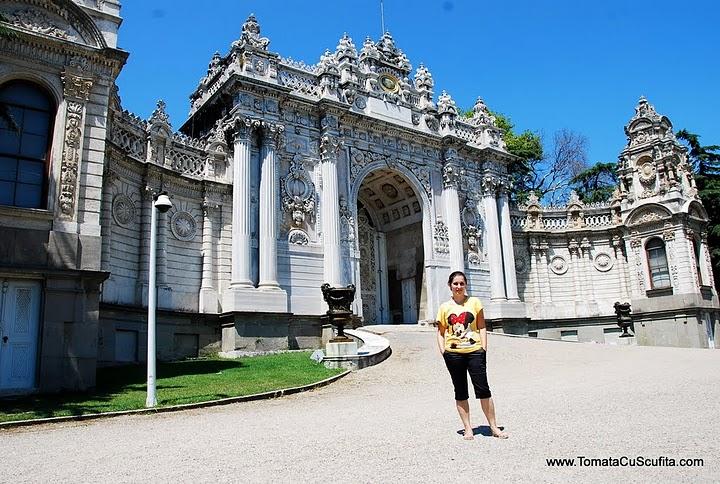 Palatul Dolmabahce Istanbul resedinta ultimilor sultani In-curtea-palatului-dolmabahce