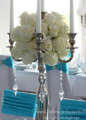 białe roże w bukietach weselnych