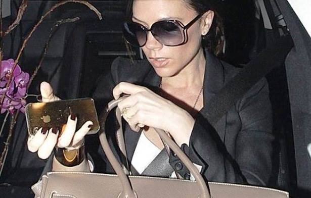 Victoria Beckham e  seu  iPhone exclusivo e dourado