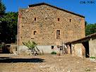 Interior del barri o lliça i façana de llevant de Can Ponç