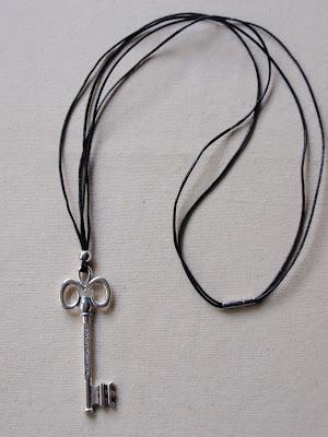 Collar largo en cuero negro para chico con abalorio grande de llave