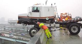Najsmešnije slike: kamion zamalo sleteo sa mosta
