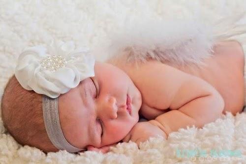 Photo bébé qui dort sur le ventre avec accessoire