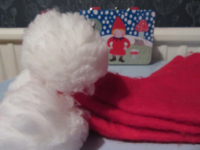 Right on to the important stuff, today's Advent treat is a little different, it is a felt holly brooch, I made this a couple of years ago, it looks cracking on a Santa hat as well on the lapel of my coat and makes me feel very festive.  Time for a little music to help put you in the mood.