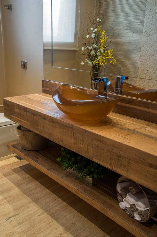 Banheiros com bancadas em madeira  Decoração e Invenção -> Armario De Banheiro Artesanal