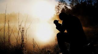 prier à la lueur du jour