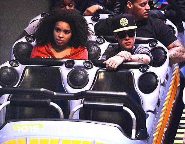 Justin Bieber de sube y baja en Disneyland