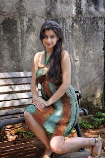 Actress Madhurima Expose Hot Cleavage Deep Navel Photo Gallery