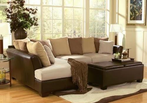 Sala clásica decorada con paredes marrón y muebles cremas Una