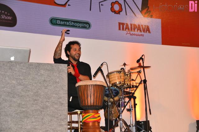 Percussionista no palco muito animado