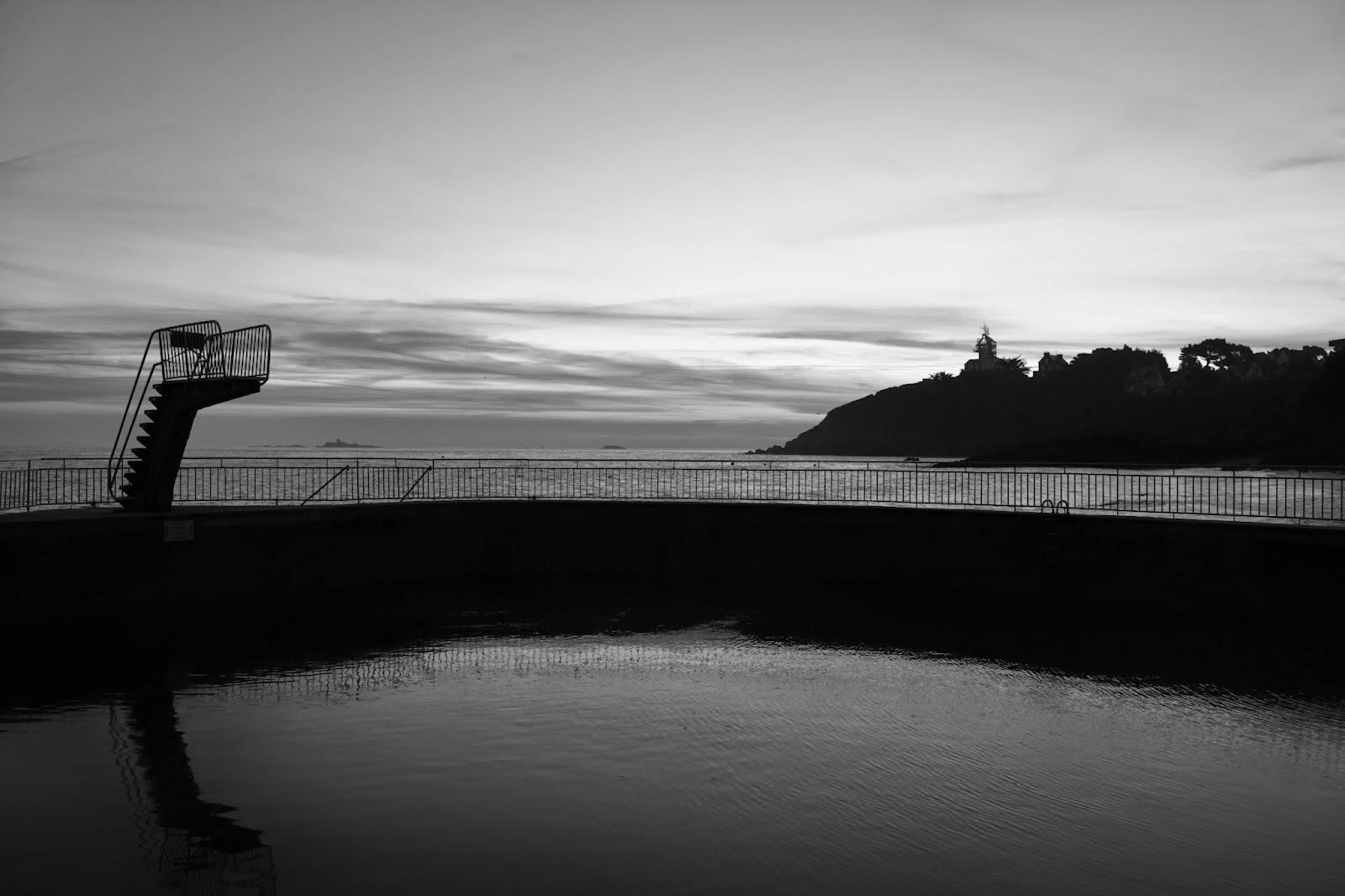 La piscine d'eau de mer de Saint Quay Portrieux en noir et blanc