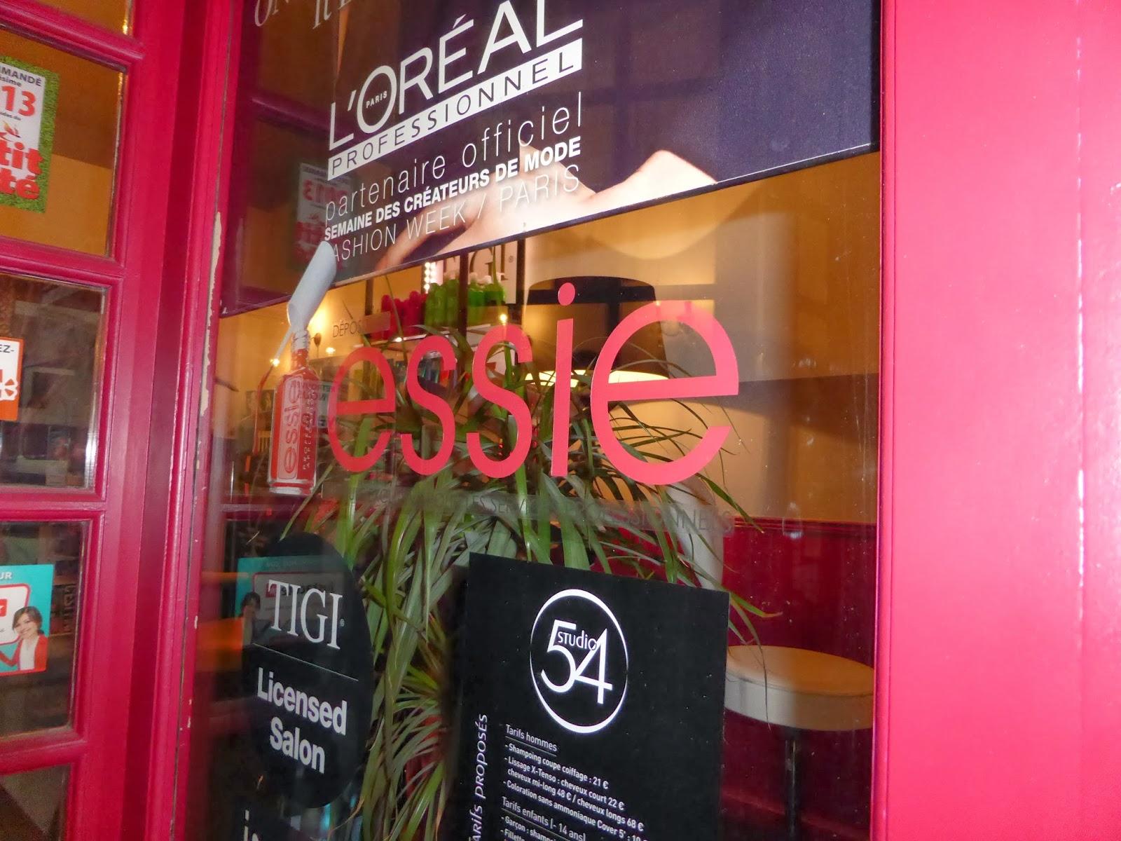 La vitrine du Studio 54 arbore désormais le logo de la marque Essie,  pour vous informer que nous sommes désormais dépositaire Essie à Montpellier.