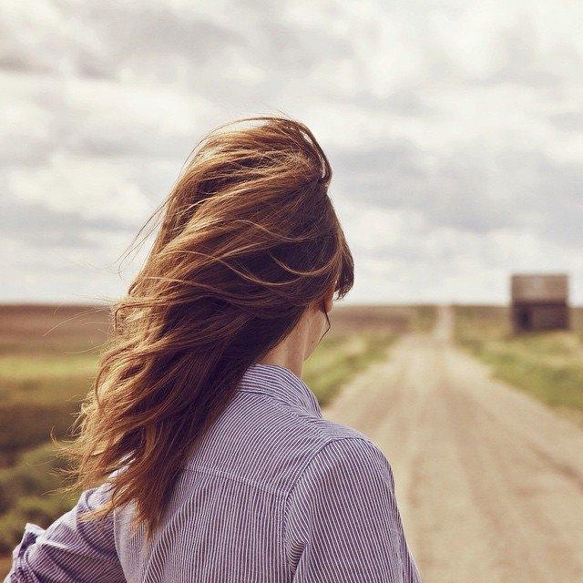 Chica de espalda con melena al viento