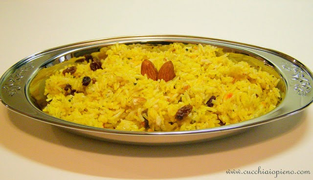 arroz pilaf com passas, amêndoas e especiarias