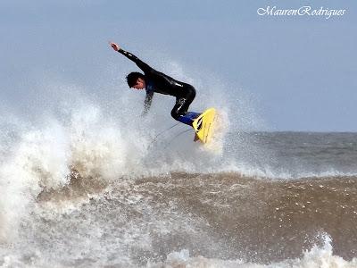 Surfista em seu belo  voo sobre as ondas