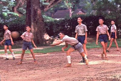 http://2.bp.blogspot.com/-KEkZLuXGib8/TsS7SYLVK2I/AAAAAAAAAkU/ZgrF90Q896I/s400/VN_HuongDao_Saigon_1965_03.jpg