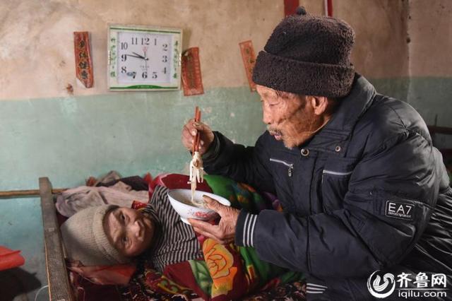 Suami Setia Rawat Istri Lumpuh selama 57 tahun