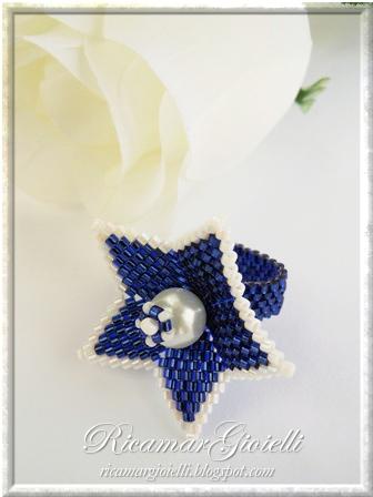 Anello in peyote a forma di fiore con perla centrale