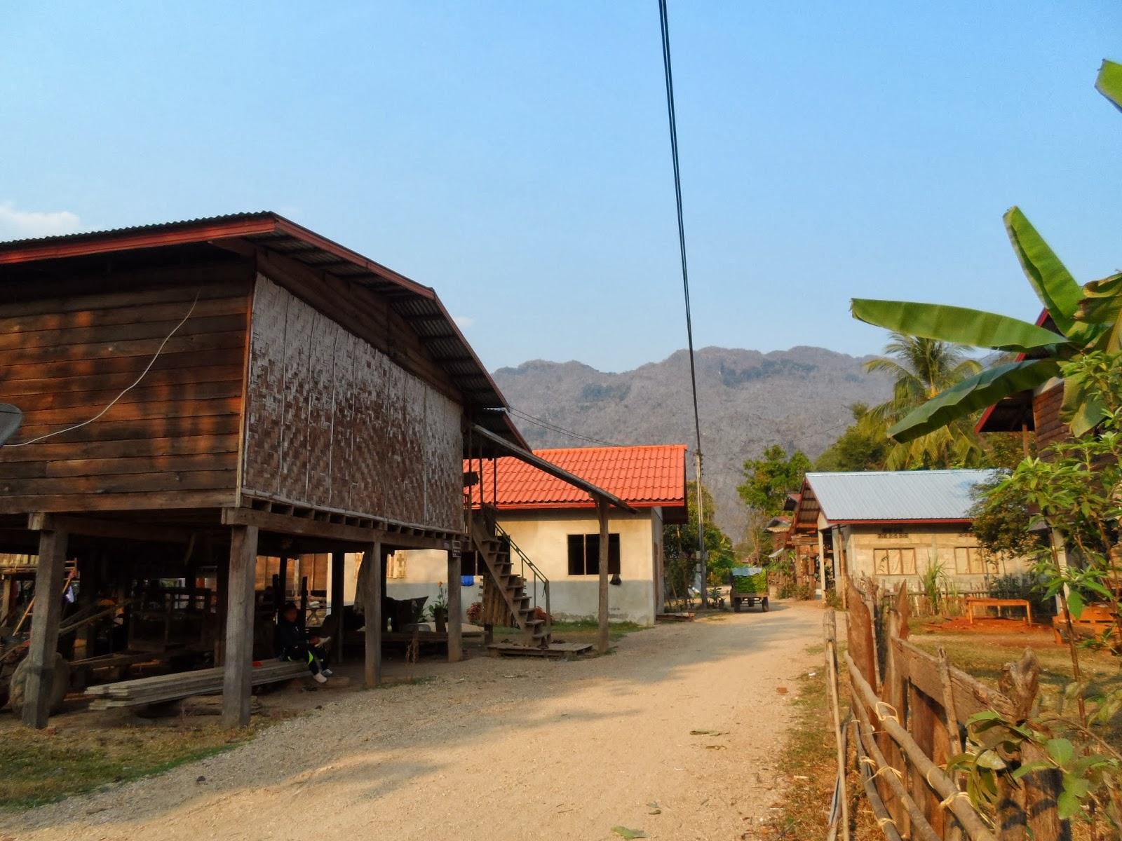 La bourlingue en asie d 39 alexie et sylvie znp de phu hin for Maison traditionnelle laos