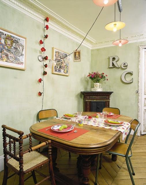 dodatki z recyklingu, eklektyczne wnętrze, litery na ścianach
