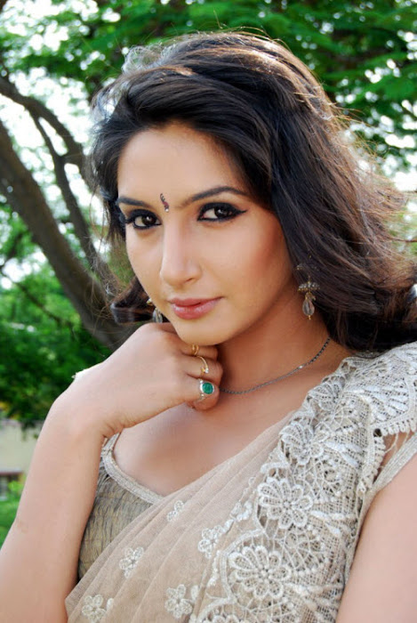 film model ragini dwivedi in saree latest photos