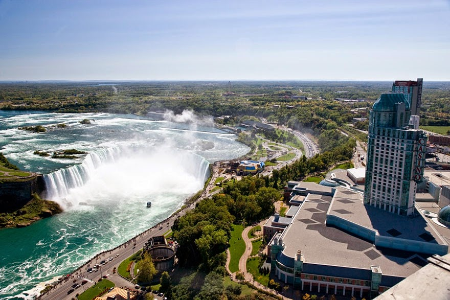 16 Of Your Favorite Landmarks Photographed WITH Their True Surroundings! - Niagara Falls