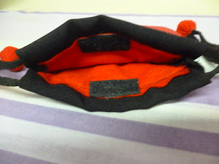 bolsa de joaninha com o forro em feltro vermelho