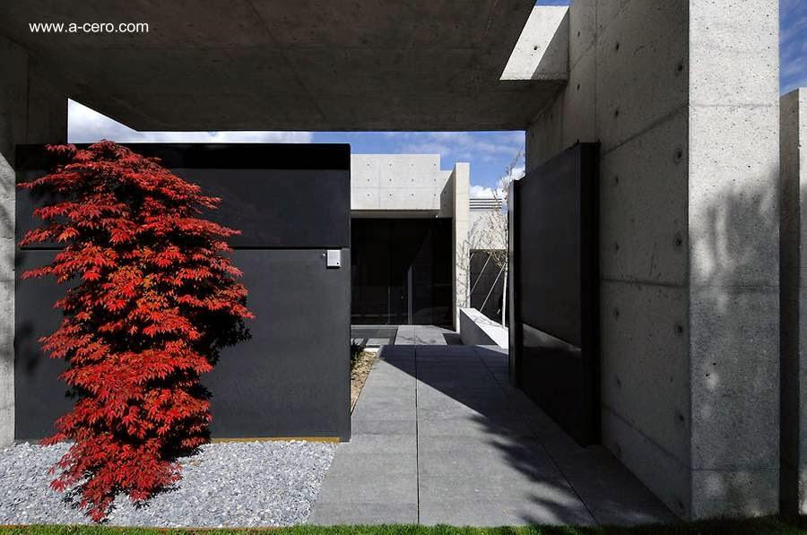 Un acceso en la Concrete House I de Madrid