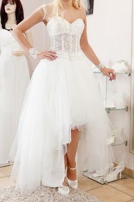 Brautkleid Änderung in unserem Brautstudio. Designänderung bei einem Hochzeitskleid.
