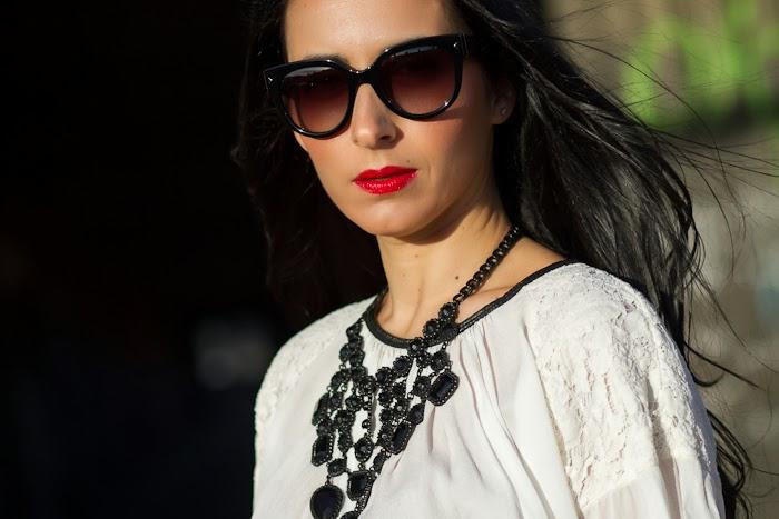 Blusa de seda y encaje de Grup MK y Collar gótico de Zara