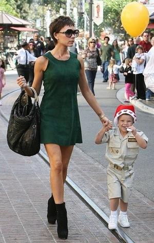 http://2.bp.blogspot.com/-KHhwhU3KZPM/UK_Lm25VsWI/AAAAAAAAAEA/9zgj-njoHLw/s1600/Victoria+Beckham+little+green+dresses.jpg