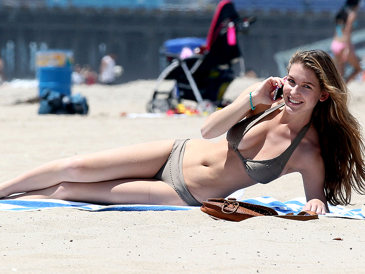 [Image: Nathalia_Ramos_Bikini_Candids_on_the_Beach3.jpg]