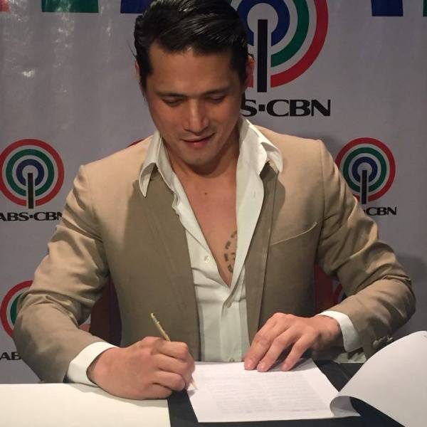 Robin Padilla returns to ABS-CBN; signs new contract