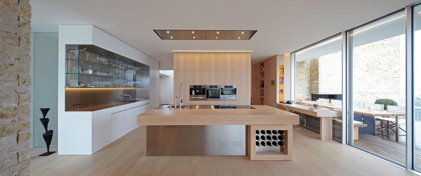en otras salas como la cocina el diseo se acoge a la madera y la usa en la mayora de su diseo tarima de haya para el suelo muebles de cocina en
