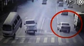 'Misterius', Mobil di China Tiba-Tiba Melayang di Tengah Jalan