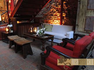 banco madeira, sofá vermelho, arranjo branco, casamento,paredes tijolos, velas