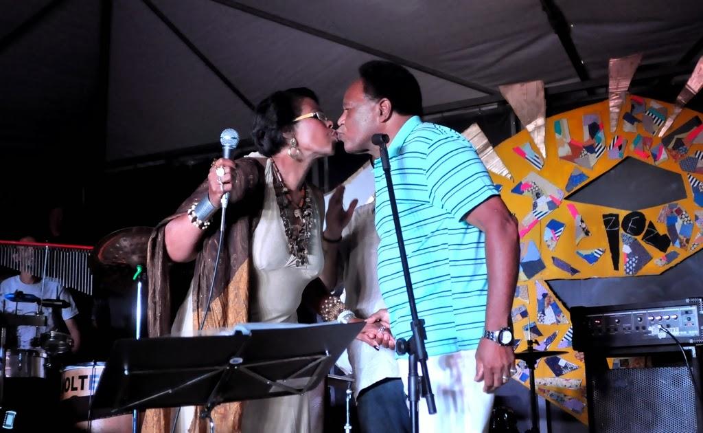 Fatima Gaspar e Arnaldão durante o show Os Zéz