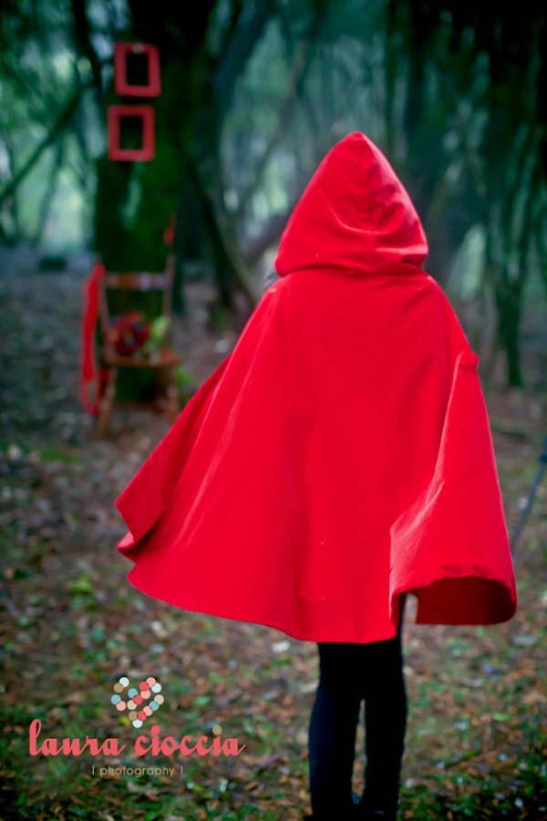 disfraz caperucita roja en el bosque por detras